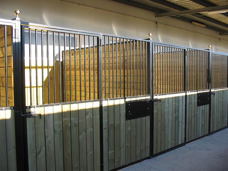 Construcciones h picas boxes de interior frente y - Separador de madera ...