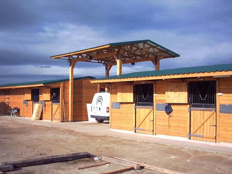 Construcciones h picas boxes de madera boxes con tejado for Tejados de madera construccion
